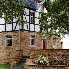 """<div style=""""text-align: justify"""">Ein noch erhaltenes Fenster aus der Zeit um 1900 diente als Vorlage zum Nachbau für eine Mühle aus dem 13./14. Jahrhundert in Obermaubach.</div>"""