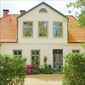 """<div style=""""text-align: justify"""">Mit diesen Kastenfenstern von <a href=""""http://www.hausverstand.com/produkt/pax/"""">PaX</a>ist es gelungen, eine denkmalschutzgerechte Lösung für den 250 Jahre alten Klosterhof in Uetersen zu finden. </div>"""