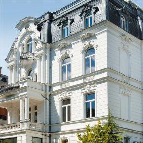 """<div style=""""text-align: justify"""">Die Fenster dieser Villa in Wiesbaden wurden in enger Abstimmung mit dem zuständigen Stadtkonservator entworfen.</div>"""